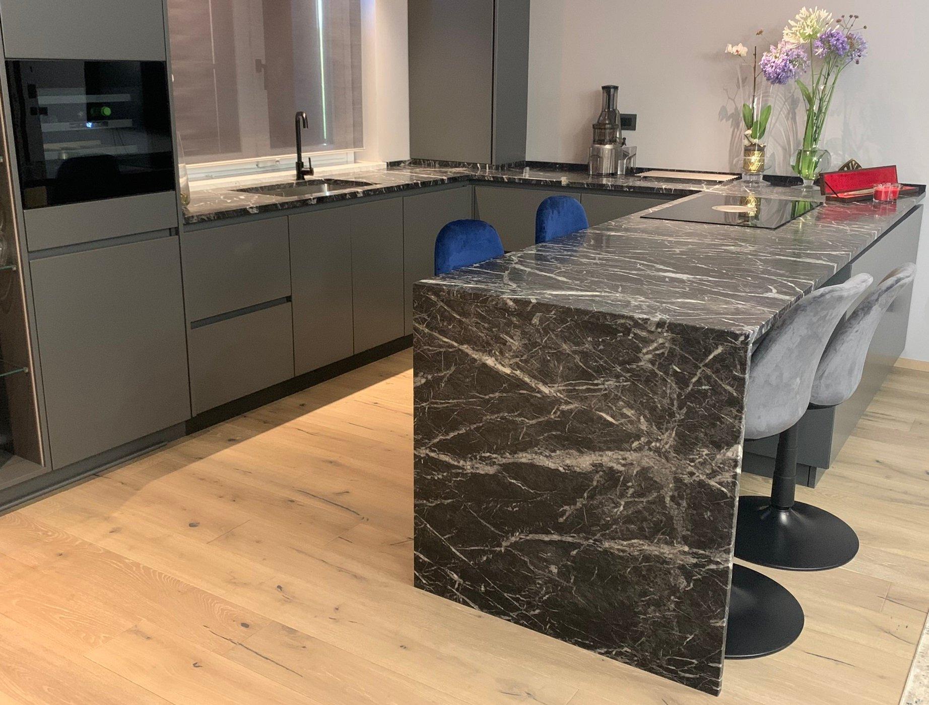 Cucina-moderna-marmo-grigio-carnico